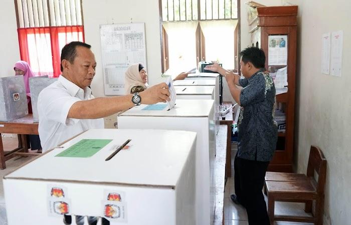 Ketua DPRD Lamsel Hendry Rosyadi Nyoblos di TPS 03 Desa Kedaton, Kecamatan Kalianda.