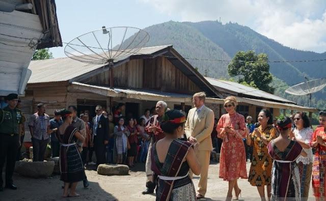 Kunjungi Danau Toba, Raja dan Ratu Belanda Disambut Tarian Tortor Panomunomuan