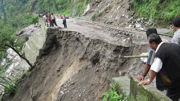 चितवनको इच्छाकामनामा पहिरो खस्दा पृथ्वी राजमार्ग अवरुद्ध