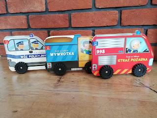Wóz policyjny, Wywrotka, straż pożarna, książki z kółkami, recenzja na blogu atrakcyjne wakacje z dzieckiem