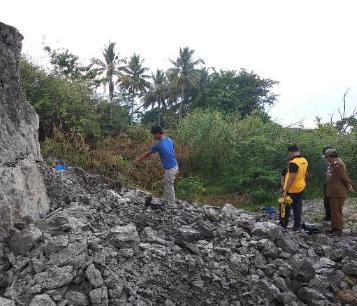 Lokasi tanah longsor yang menimpa korban.