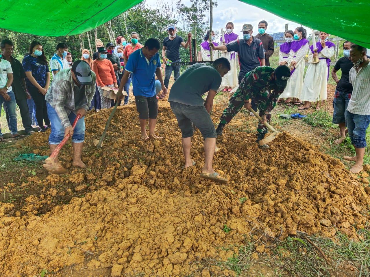 Manunggal Dengan Rakyat, Satgas Pamtas Yonif 642 Kapuas Bantu Pemakaman Warga