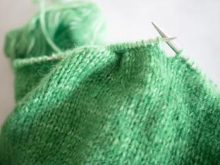 セーターを編んでいるイメージ