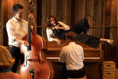 "Maya Rudolph singing while on a piano in Netflix's ""Wine Country"""
