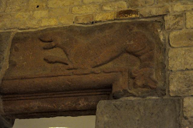 Detal romański w pozdiemiach katedry wawelskiej