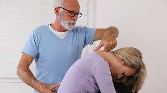 how does having kyphosis feel like curved spine back pain