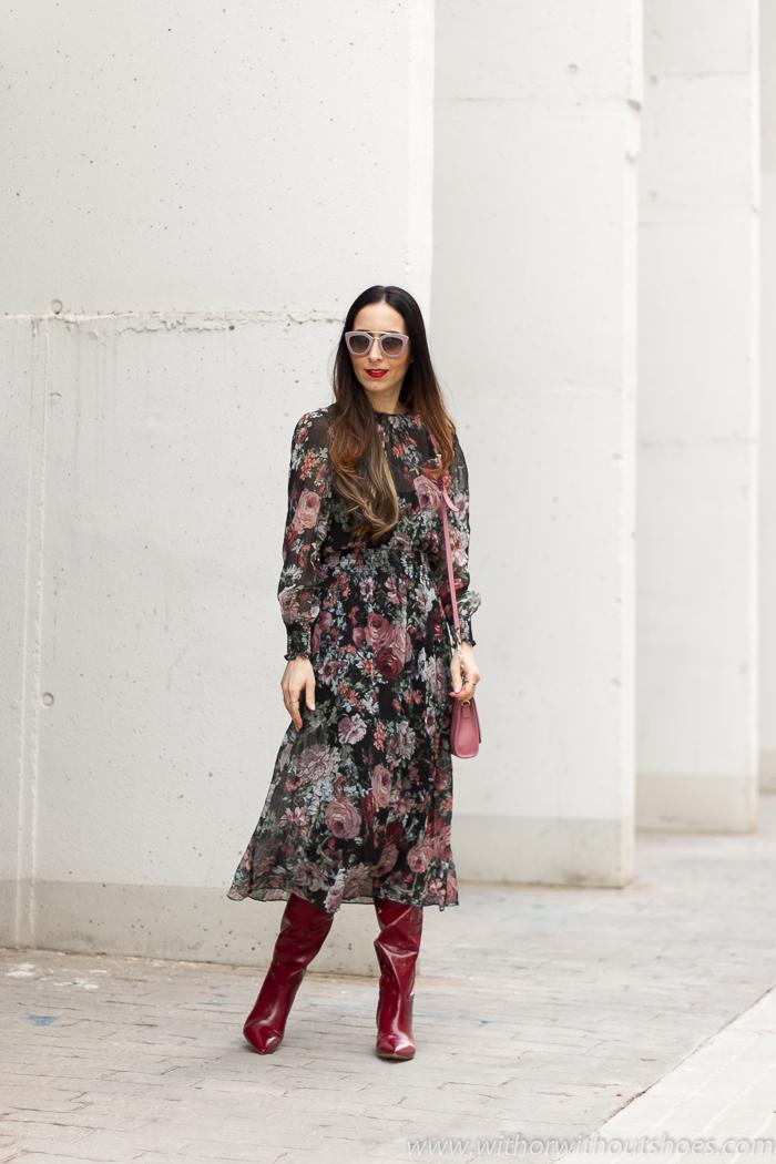 Idea original combinar vestido de flores con Botas altas rojas kitten heels gafas sol rosas Prada