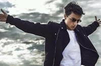 """Ultimo, pseudonimo di Niccolò Moriconi (Roma, 27 gennaio 1996), è un cantautore italiano. È stato il vincitore del Festival di Sanremo 2018 nella categoria """"Nuove Proposte"""" con il brano Il ballo delle incertezze."""