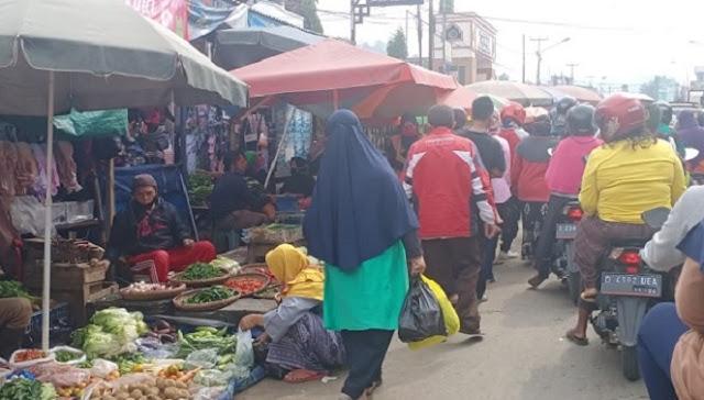 Hari Terakhir PSBB, Pasar Tradisinal Kian dipadati Warga