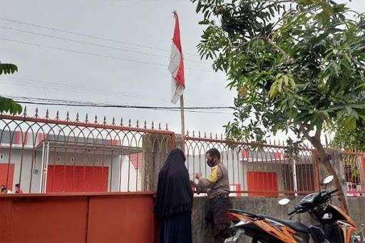 Serentak Personel Polres Maros Kibarkan Bendera Merah Putih di Kediamannya