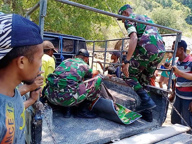 Satgas Pamtas RI-RDTL Yonif 132/BS Bantu Evakuasi Warga Sakit di Kobalima