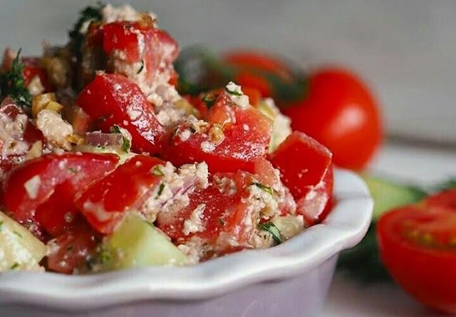 Свежий летний салат с самой полезной ореховой заправкой