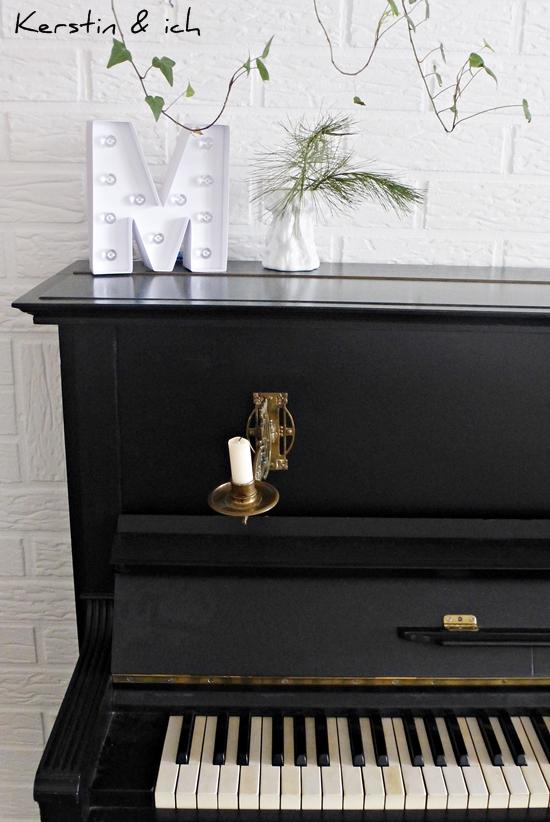 Altes Klavier mit Dekoration