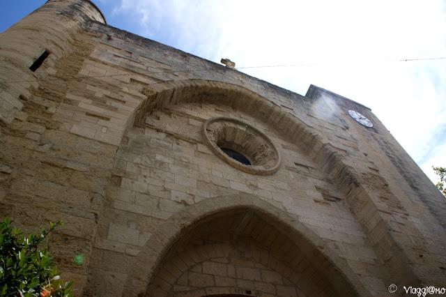 La facciata della Chiesa di Notre Dame de Sablons di Aigues Mortes