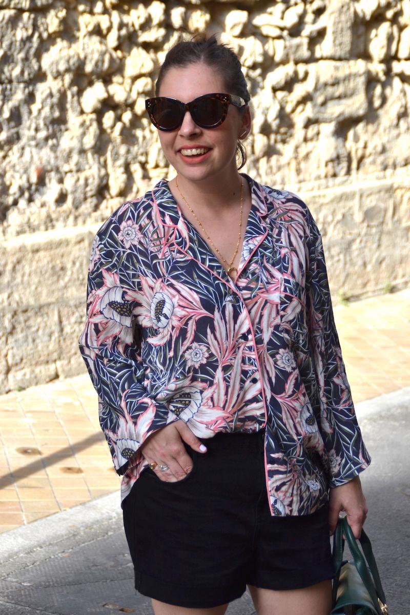 chemise tropical H&M, short en jean noir Pimkie, espadrille ASOS, sac like Philip Lim