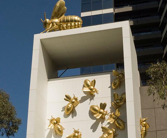 Ο Νώντας Κατσαλίδης στην Μελβούρνη της Αυστραλίας στόλισε τον πύργο Eureka με μια χρυσή αποικία μελισσών