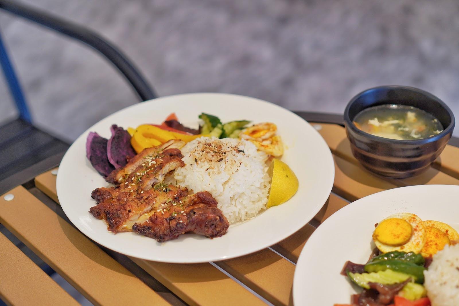台南東區美食【咚嗞咖啡】迷香雞腿飯