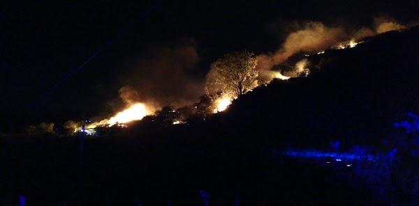 Se complica incendio Cazadores, Gran Canaria, por el viento