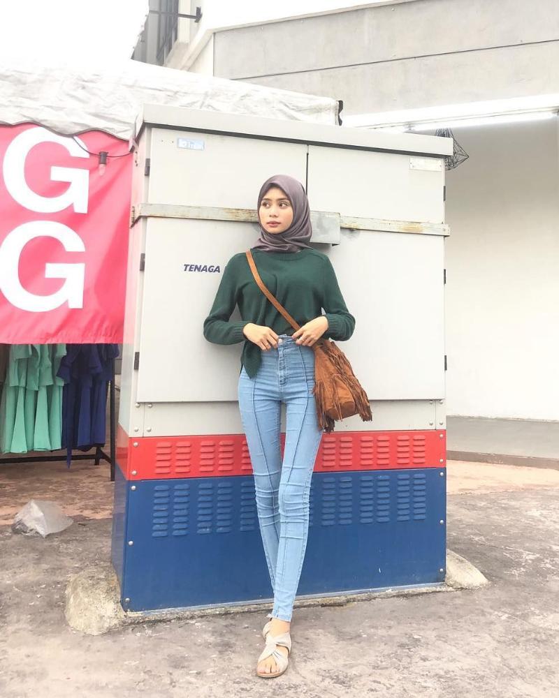Celana Jeans ketat dan Hijab seksi kaki panjang
