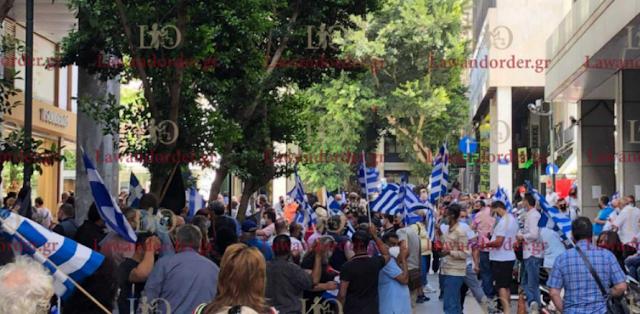 Πλανόδιοι πωλητές και παραγωγοί : Συγκέντρωση διαμαρτυρίας στο υπ. Ανάπτυξης και Επενδύσεων κρατώντας ελληνικές  σημαίες