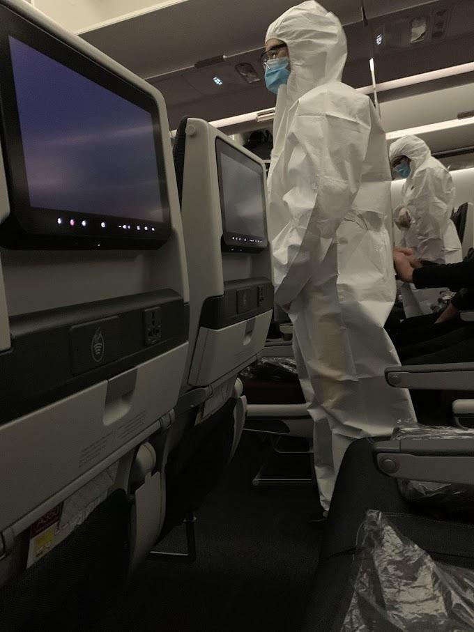飛行機✈は感染がヤバいのか😱と搭乗した乗客が不安にかられるカタール航空のフライト・アテンダントの完全防御の新型コロナ制服‼️
