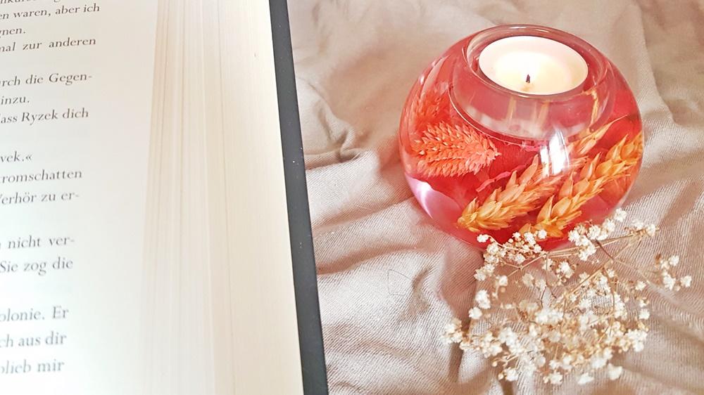 Kerze neben einem offenen Buch