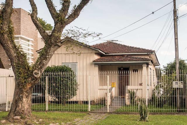 Uma casa de madeira na Rua Deputado Carneiro de Campos, Curitiba