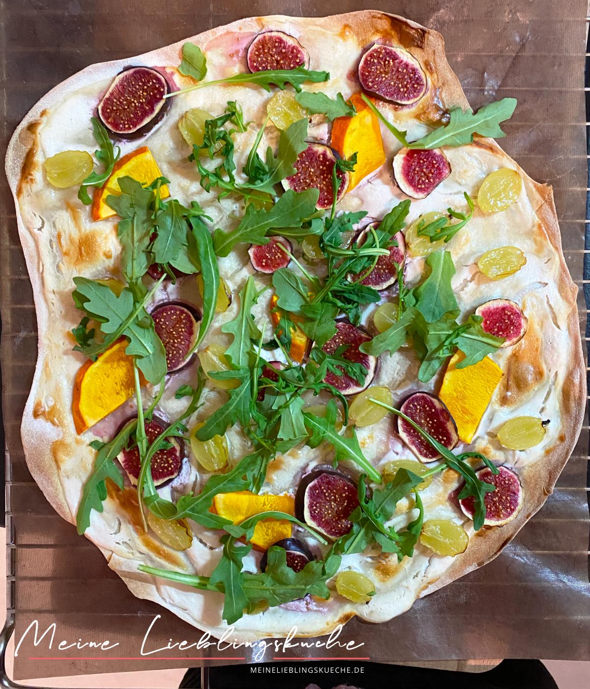 Veganer Flammkuchen mit Kürbis, Feigen, Trauben und Rucola