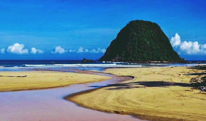 Indahnya Pantai Pulau Merah di Banyuwangi Jawa Timur