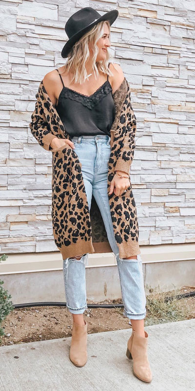 Looking for casual winter outfits? Consider these 23 Fabulous Winter Outfits To Get You Through The Season with Style. Fashion for Women via higiggle.com | casual jeans outfits | #winter #fashion #cardigan #jeans