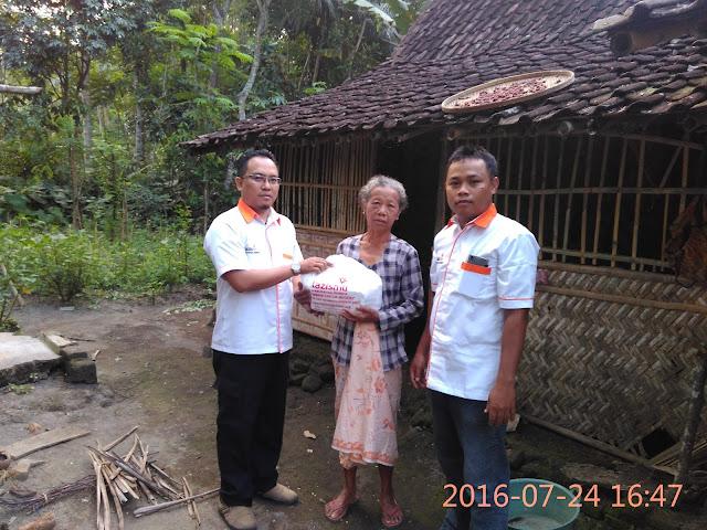 Team Lazismu Jember Memberikan Snack untuk Keluarga Dhuafa