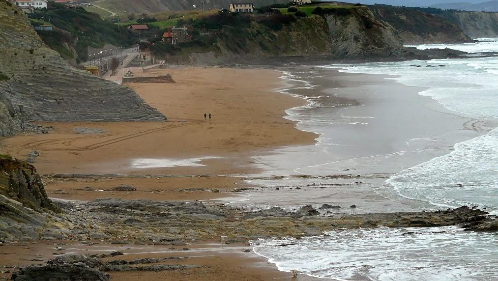 aspecto de la playa de sopela despues del temporal