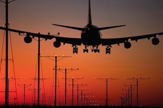 Status penerbangan pesawat di bandara.