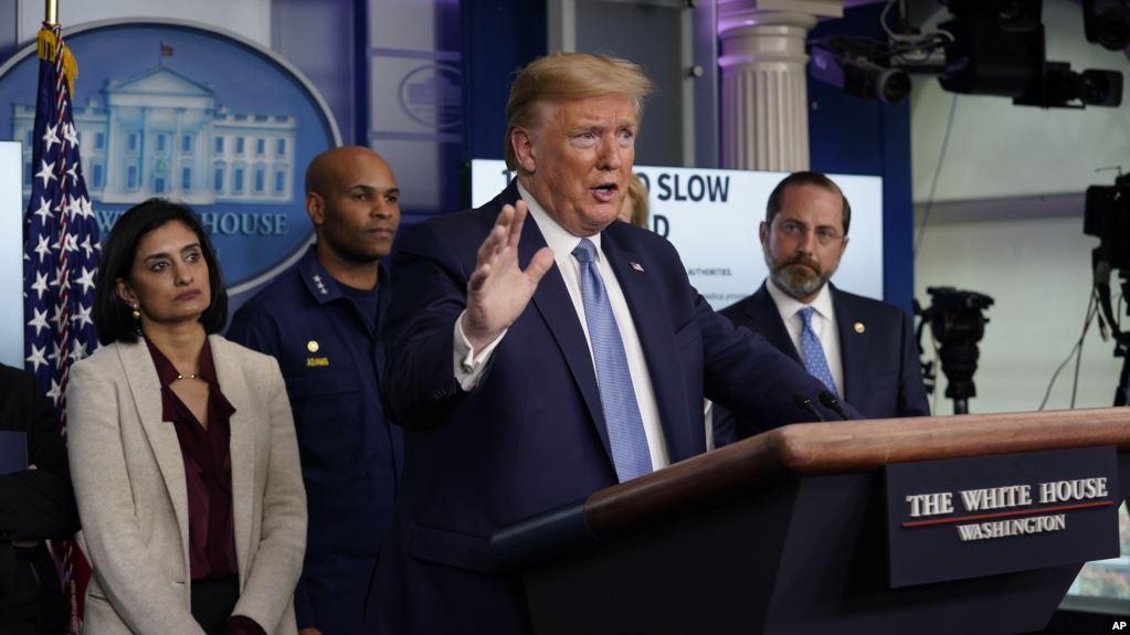 El presidente Trump anunció nuevas restricciones y aconsejó medidas a tomar para enfrentar el nuevo coronavirus / AP
