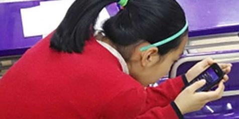 Jarang Disadari! Gara-gara Kecanduan Smartphone, Lihat yang Terjadi Pada Leher Gadis Ini