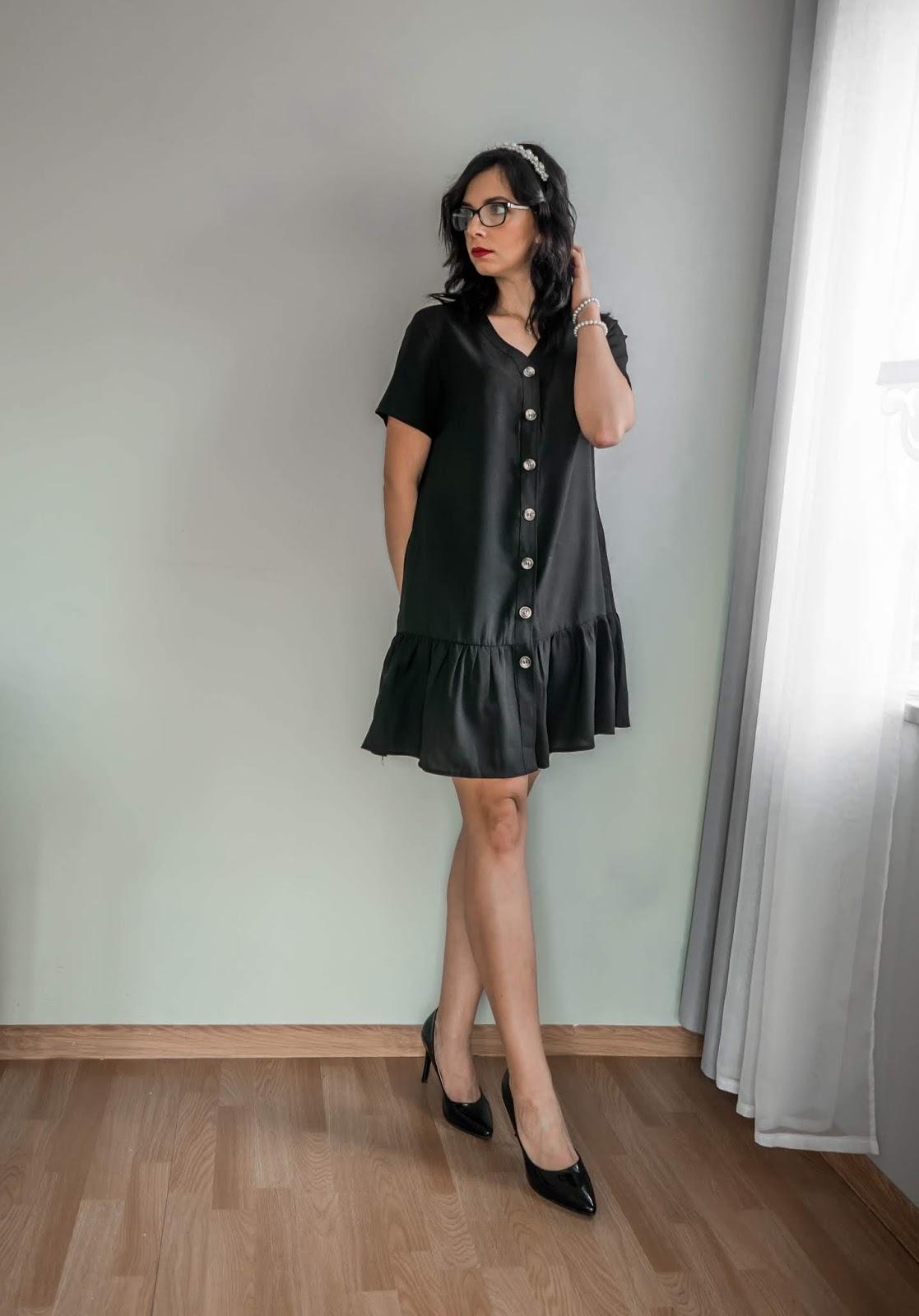 sukienka z falbanką i ozdobnymi guzikami