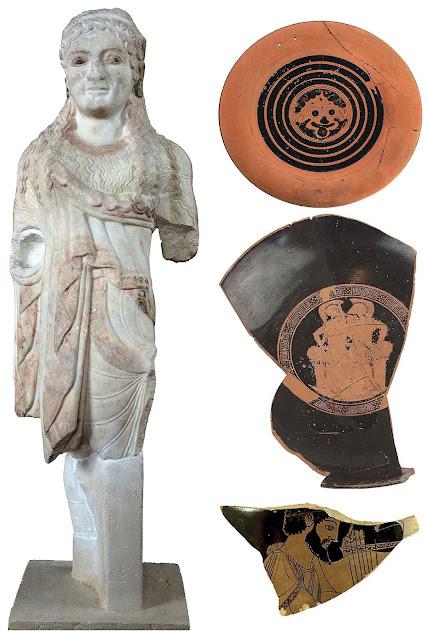 Αριστερά: Αγαλμάτιο κόρης με χιτώνα και λοξό ιμάτιο και σημάδια καύσης σε όλη την επιφάνεια του γλυπτού. Δεξιά πάνω: Μελανόμορφο πινάκιο με το Γοργόνειο, έμβλημα της Αθηνάς και τέχνασμα του Θεμιστοκλή για να πείσει τους Αθηναίους να φύγουν. Δεξιά κέντρο: Θραύσμα αγγείου, που παρουσιάζει σκηνές προετοιμασίας πολεμιστών. Δεξιά κάτω: Θραύσματα αγγείου του Ζωγράφου του Κλεοφράδη με ίχνη καύσης. (Φωτ. ΕΘΝΙΚΟ ΑΡΧΑΙΟΛΟΓΙΚΟ ΜΟΥΣΕΙΟ)