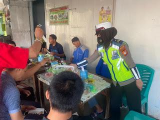 Gencarkan Wajo Bermasker, Polwan Sat Lantas Polres Wajo Kunjungi Warkop-Warkop Di Kota Sengkang