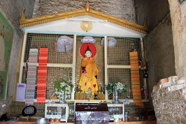 Altar en el interior de la estupa Mingun Pahtodawgyi