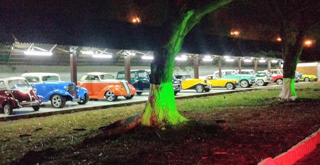 Uma coleção de carros antigos.