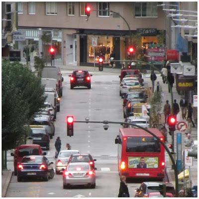 Semáforos en rojo a lo largo de Federico Tapia, con el bus urbano sin privilegios.