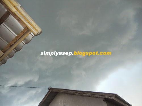 ANGIN : Angin dan mendung sudah mulai bergelayut di beberapa daerah termasuk di Kubu Raya beberapa waktu yang lalu  HUjan sudah mulai turun. Foto Asep Haryono / www.simplyasep.com    :
