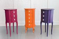 Pembe turuncu ve mor renklerde çekmeceli ve uzun ayaklı komotlar
