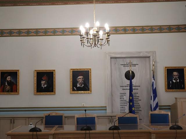 12 πίνακες ηρώων της Επανάστασης του 1821 στην αίθουσα συνεδριάσεων της Περιφέρειας Πελοποννήσου