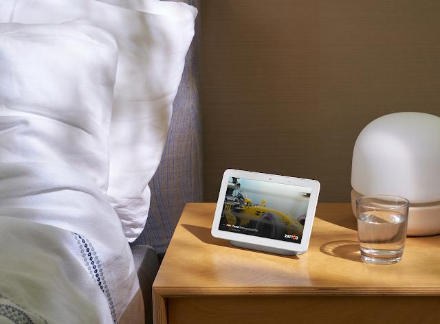 Ein Google Nest Hub neben einem Bett