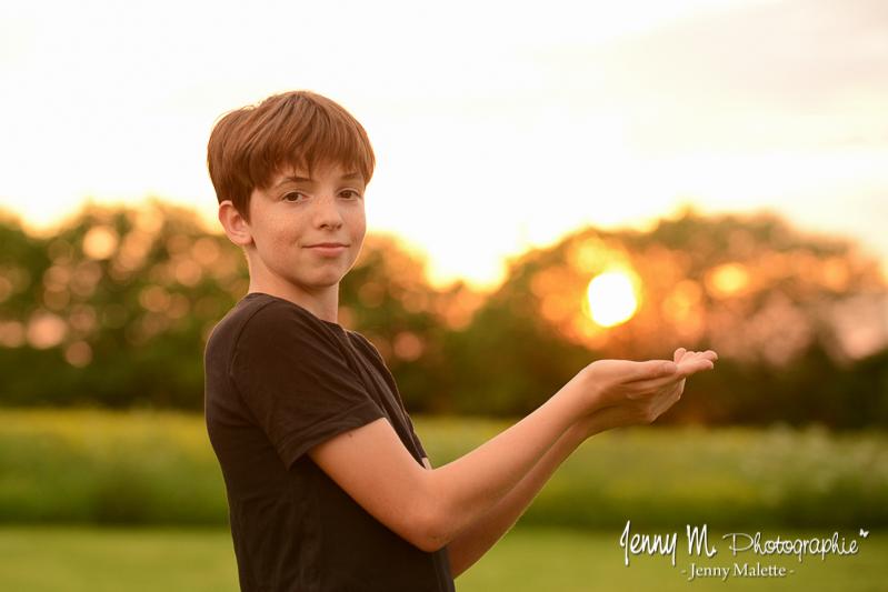 portrait à la golden hour coucher de soleil à la campagne