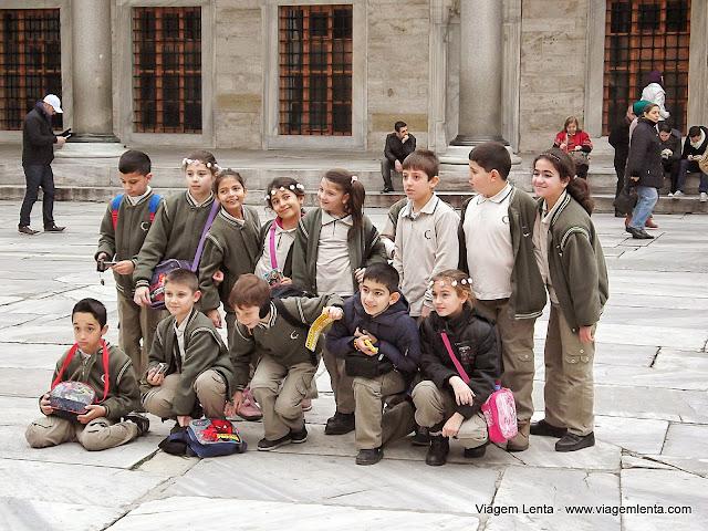 Crianças turcas visitando seus tesouros no Palácio Topkapi