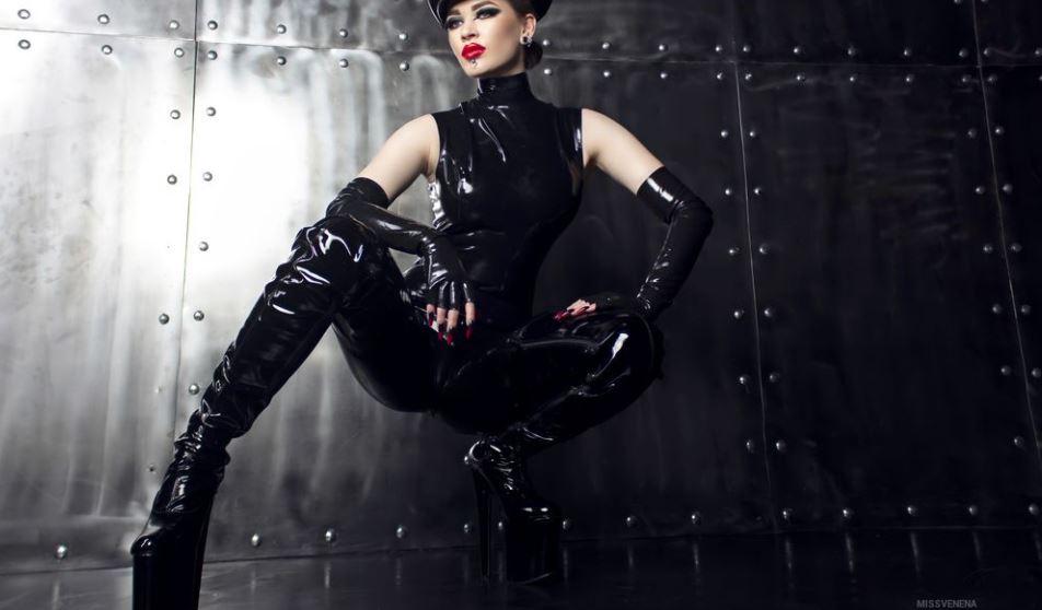 https://www.glamourcams.live/chat/MissVenena