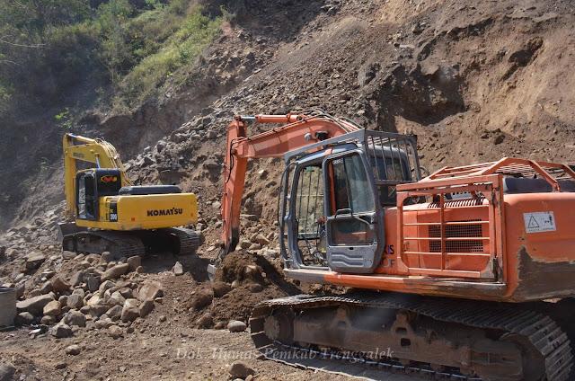 Runtuhkan Material Sisa, Jalan Satu - Satunya Untuk Tangani Longsor di KM 16