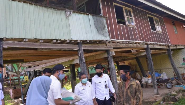 Bupati Sinjai Door To Door Salurkan Bantuan Sembako ke Warga